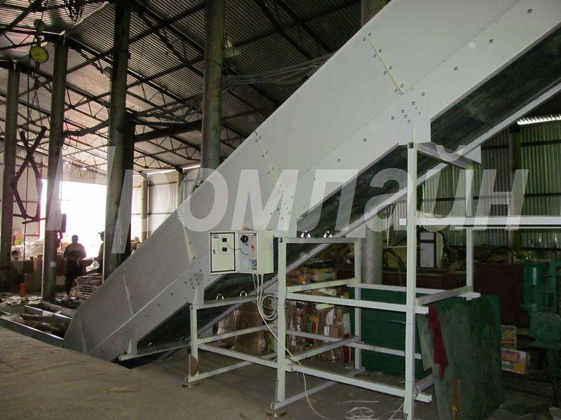 Наклонный ленточный конвейер для отходов